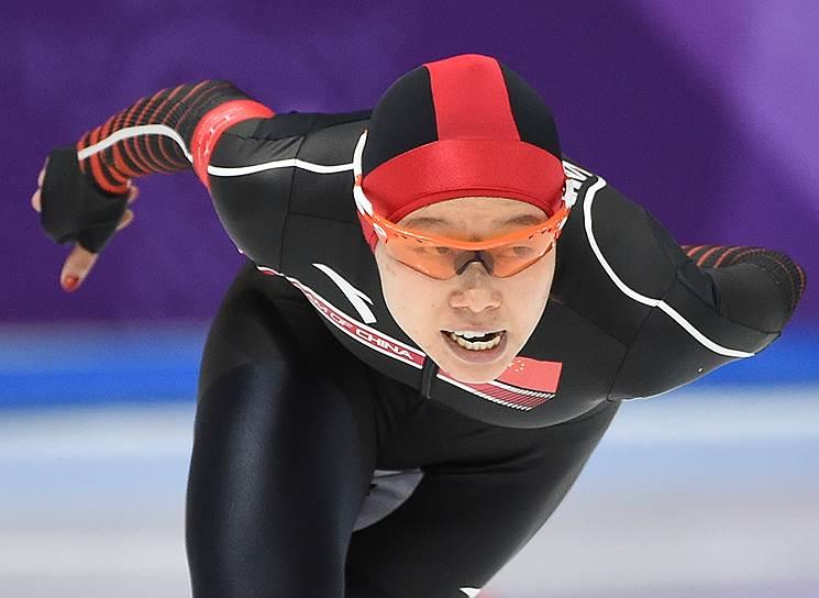 Член сборной команды Китая Чжачень Хао во время соревнований по конькобежному спорту среди женщин на 3000 м