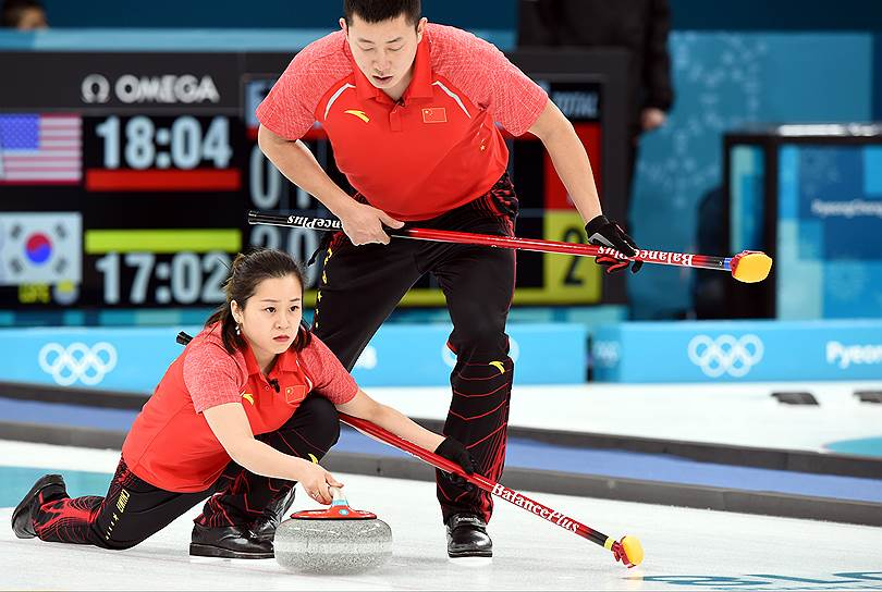 Китайские кёрлингисты Ба Дэсинь (справа) и Ван Руи во время соревнований в миксте
