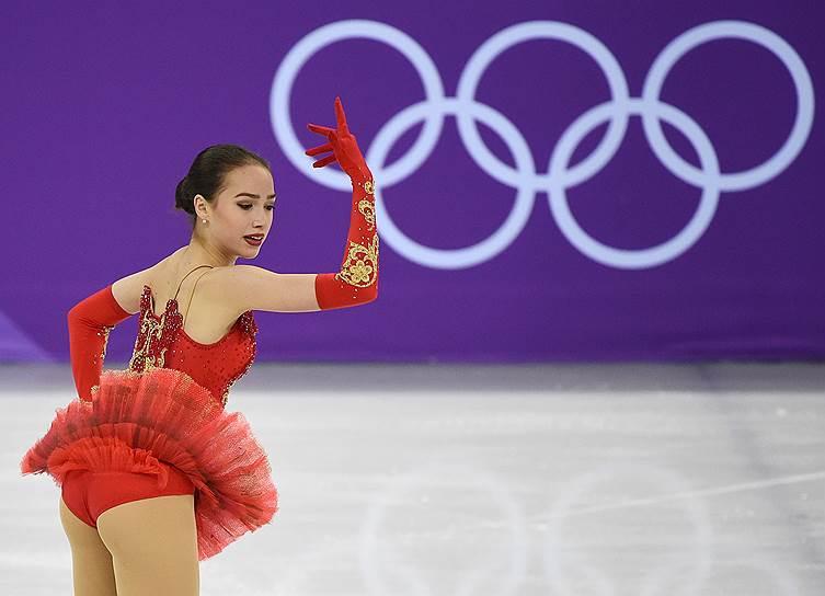 Россиянка Алина Загитова во время выступления в командных соревнованиях по фигурному катанию