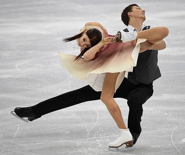 Россияне Екатерина Боброва и Дмитрий Соловьев во время выступления в произвольной программе танцевальных пар в командных соревнованиях по фигурному катанию