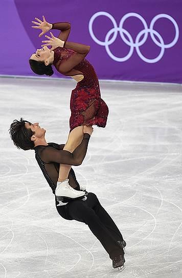 Члены сборной команды Канады Тесса Вирту и Скотт Мойр во время выступления в произвольной программе танцевальных пар в командных соревнованиях по фигурному катанию