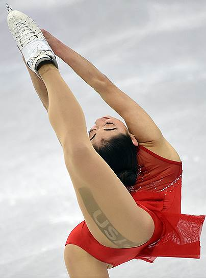Мирай Нагасу (США) во время выступления в произвольной программе женского одиночного катания в командных соревнованиях по фигурному катанию