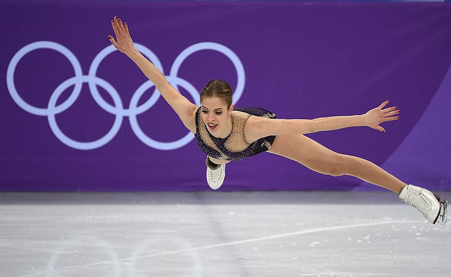 Каролина Костнер во время выступления в произвольной программе женского одиночного катания в командных соревнованиях по фигурному катанию (Италия)