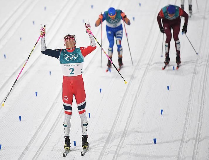 Слева направо: Йоханнес Хёсфлот Клебо (Норвегия), Федерико Пеллегрино (Италия) и Александр Большунов (Россия) на финише лыжного спринта классическим стилем