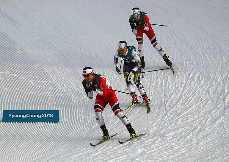Норвежские спортсменки Марит Бьёрген (слева), Хейди Венг (справа) и член сборной команды Швеции Шарлотта Калла (в центре) во время соревнований по скиатлону среди женщин на 15 км