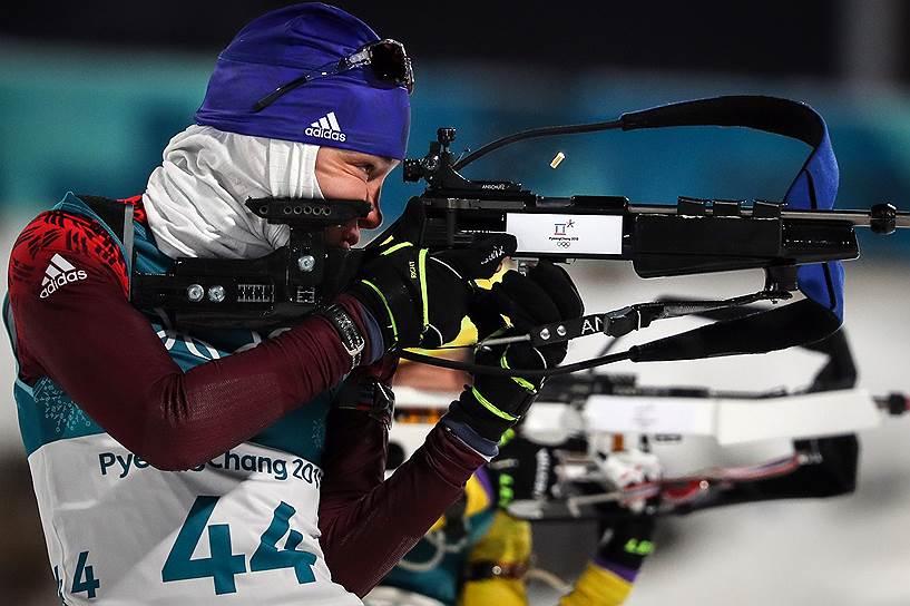 Российская биатлонистка Ульяна Кайшева на огневом рубеже спринтерской гонки на 7,5 км