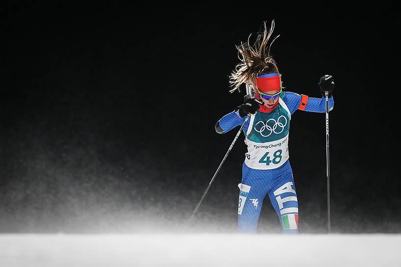 Итальянская биатлонистка Лиза Виттоцци во время женского спринта на 7,5 км