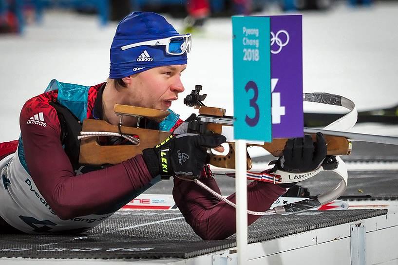 Россиянин Матвей Елисеев во время спринтерской гонки по биатлону среди мужчин