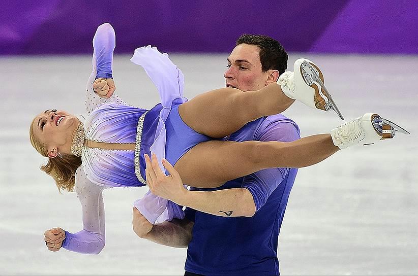 Немецкие фигуристы Алена Савченко и Бруно Массо во время выступления в произвольной программе