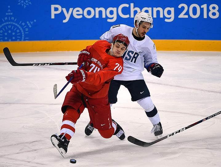 Игрок сборной России Николай Прохоркин (слева) и игрок сборной США Гарретт Ро во время матча между сборными России и США