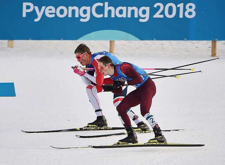Российский спортсмен Денис Спицов (справа) и норвежский спортсмен Йоханнес Хесфлот Клебо во время эстафеты по лыжным гонкам