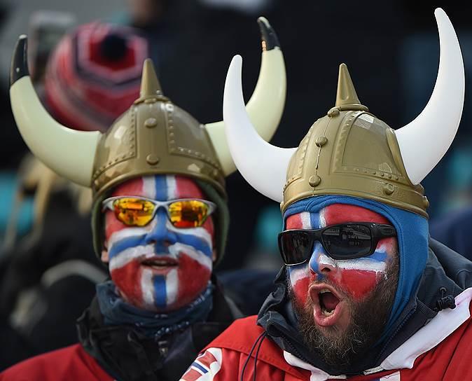 Норвежские болельщики во время эстафеты по лыжным гонкам
