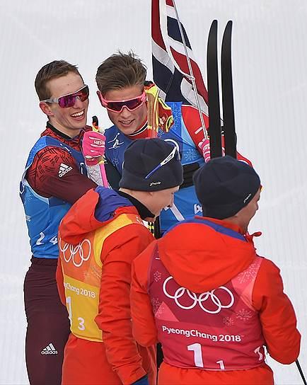 Российский и норвежский спортсмены Денис Спицов (слева) и Йоханнес Хесфлот Клебо (второй слева) в соревнованиях по лыжным гонкам