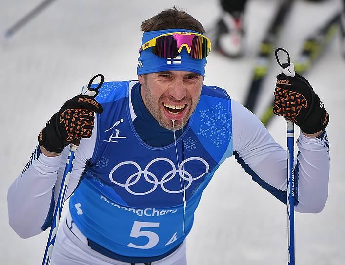 Финский лыжник Лари Лехтонен во время эстафеты