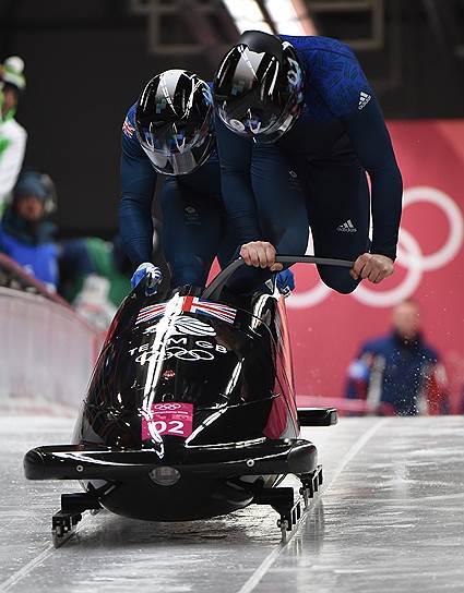 Британские спортсмены Брэд Холл и Джоэл Фирон во время заезда бобслейных двоек