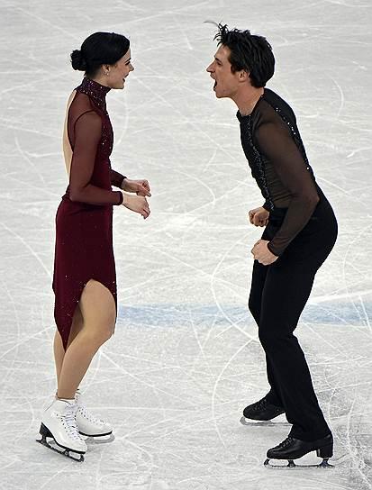 Канадские спортсмены Тесса Вирту и Скотт Мойр во время произвольной программы по фигурному катанию