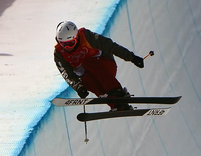Американский спортсмен Алекс Феррейра во время выступления по лыжному хафпайпу