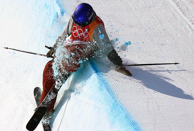 Американец Торин Йетер-Уоллес выступает в лыжном хафпайпе