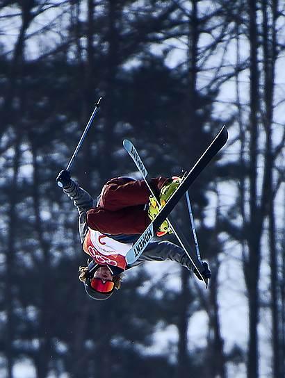 Лыжник из США Дэвид Уайз во время выступления по хафпайпу
