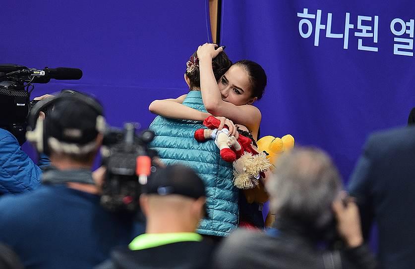 Российские фигуристки Евгения Медведева (слева) и Алина Загитова после выступления в произвольной программе женского одиночного катания