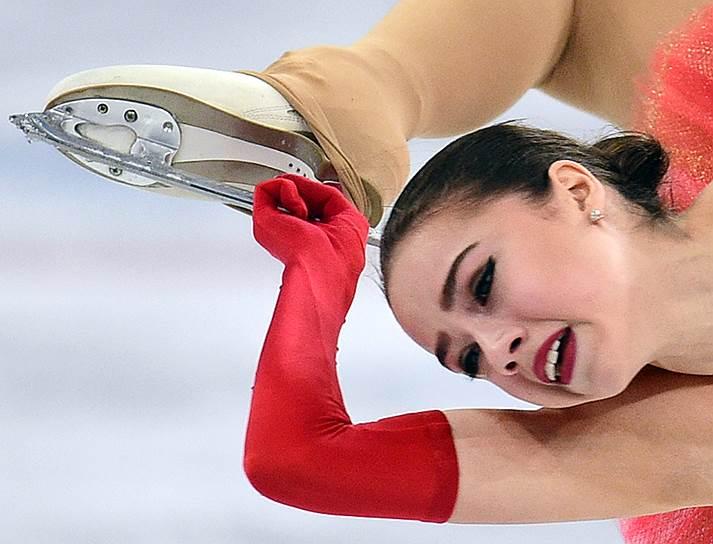 Российская фигуристка Алина Загитова  во время выступления в произвольной программе женского одиночного катания
