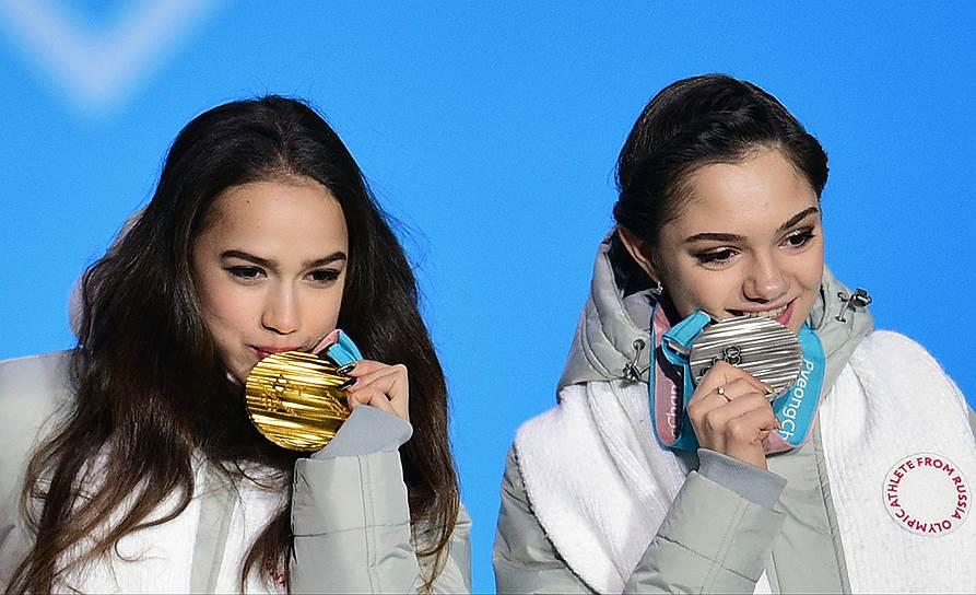 Российские фигуристки Алина Загитова (слева) и Евгения Медведева на церемонии награждения
