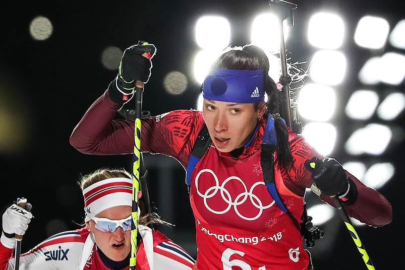 Спортсменка из России Ульяна Кайшева во время смешанной эстафеты по биатлону