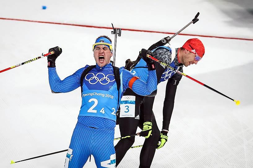 Немец Арнд Паффер (справа) и итальянец Доминик Виндиш во время смешанной эстафеты по биатлону