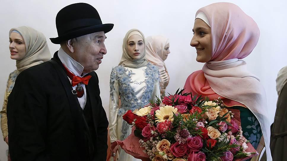 Дизайнер Слава Зайцев (слева) с главой компании Firdaws Айшат Кадыровой во время модного показа на Mercedes-Benz Fashion Week Russia (март 2017 года)