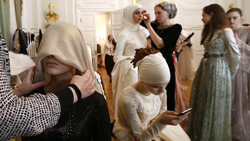 Модели готовятся к показу коллекции Firdaws во время Mercedes-Benz Fashion Week Russia (март 2017 года)
