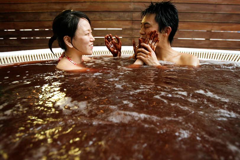 В Японии традиционно местные жительницы дарят мужчинам в День всех влюбленных шоколад. Согласно опросам, более половины японцев (54%) предпочитают домашнее лакомство, нежели купленное в магазине