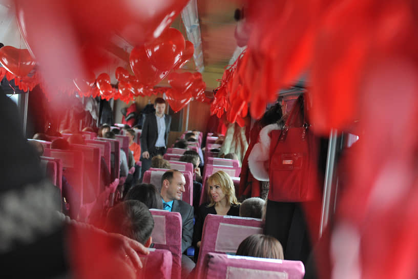 По данным опроса сервиса SuperJob, в 2021 году праздновать День святого Валентина собираются 13% россиян. Почти 4 из 10 мужчин, состоящих в браке или отношениях, планируют купить букет своей женщине 14 февраля