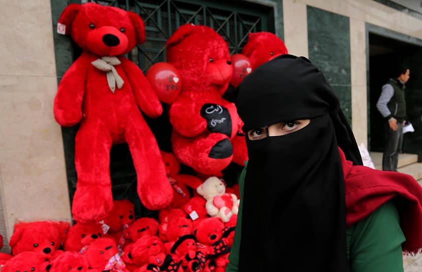 Популярность праздника в последние годы растет и в арабских странах. К примеру, в Палестине каждый год на 14 февраля влюбленные дарят друг другу шоколад, цветы, мягкие игрушки и подарочные сертификаты