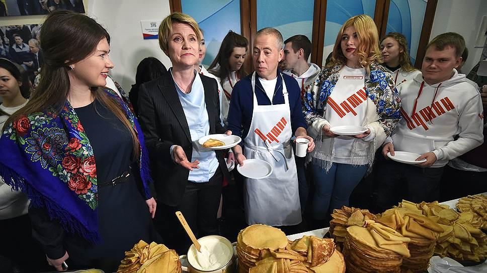 Ресторатор Аркадий Новиков и руководитель образовательного центра «Сириус» Елена Шмелева (вторая слева)
