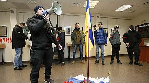 В Киеве националисты разгромили представительство Россотрудничества // Украинская полиция отказывается охранять Российский центр науки и культуры