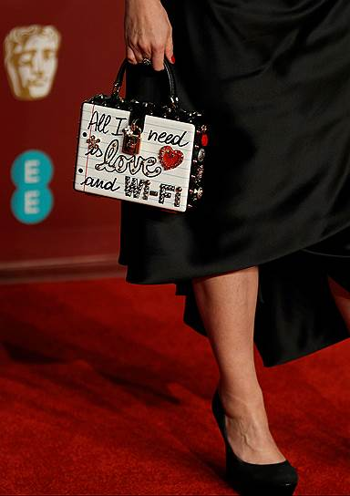 Британская актриса Хелена Бонем Картер (надпись на ее сумочке: «Все, что мне нужно — любовь и Wi-Fi»)