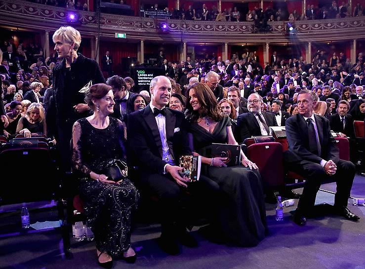 Принц Уильям и герцогиня Кембриджская Кэтрин (в центре) на церемонии вручения премий BAFTA в Альберт-холле