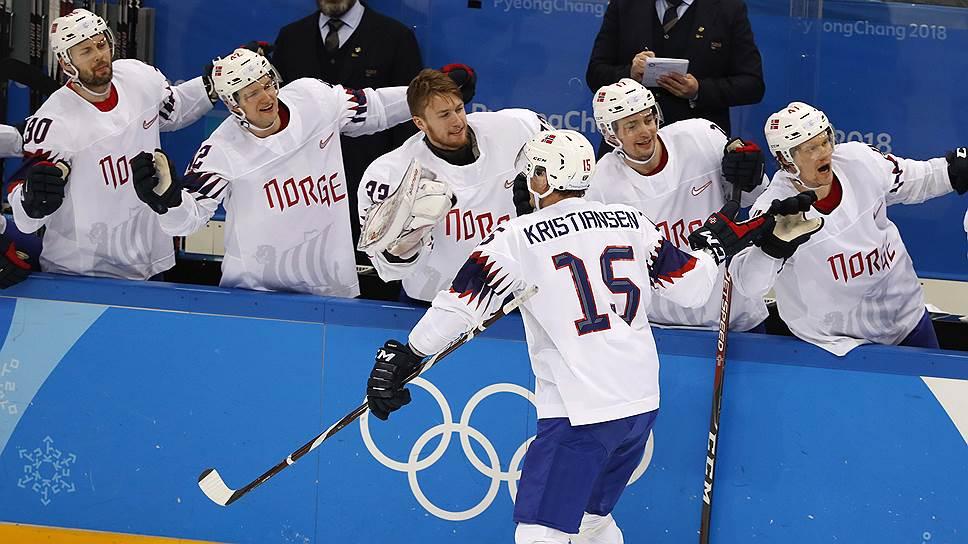 Норвежские хоккеисты, со спины — Томми Кристиансен