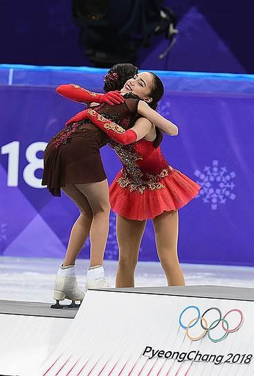 Российские фигуристки Евгения Медведева (слева) и Алина Загитова