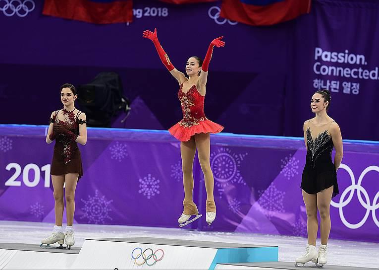 Слева направо: фигуристки Евгения Медведева (Россия), Алина Загитова (Россия) и Кейтлин Осмонд (Канада) во время церемонии награждения