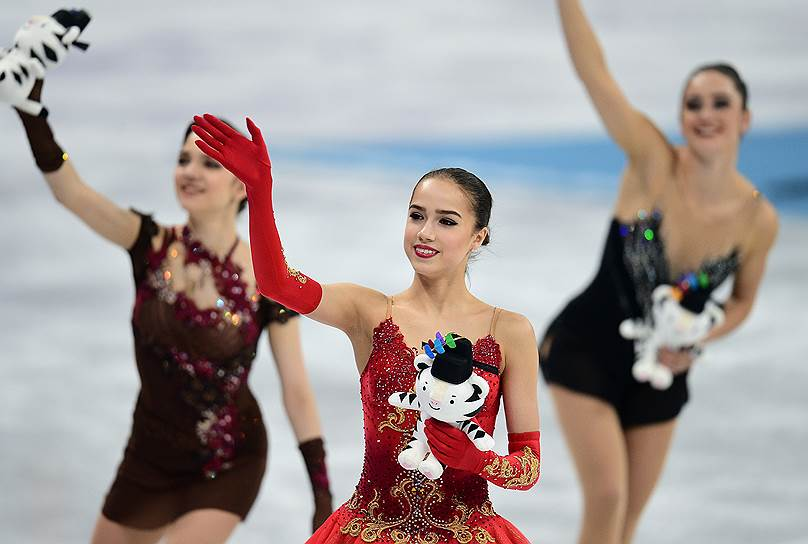 Слева направо: фигуристки Евгения Медведева (Россия), Алина Загитова (Россия) и Кейтлин Осмонд (Канада)