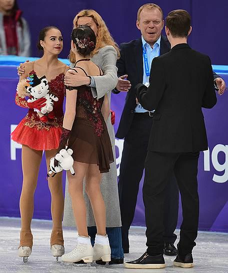 Российские фигуристки Евгения Медведева (вторая слева) и Алина Загитова (слева) и их тренер Этери Тутберидзе