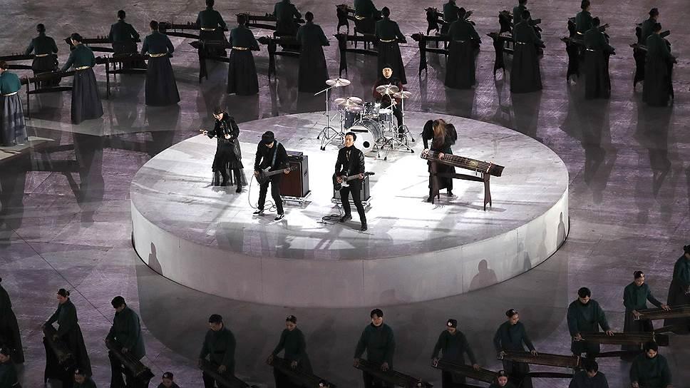 Рок-музыканты во время выступления на церемонии закрытия Олимпийских игр