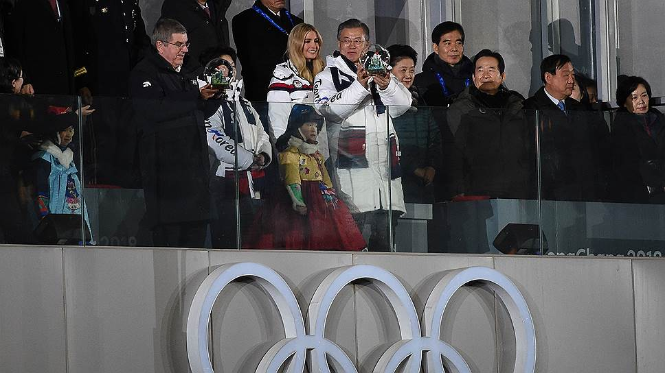 С трибун гостей приветствовали президент Южной Кореи Мун Чжэ Ин и президент МОК Томас Бах