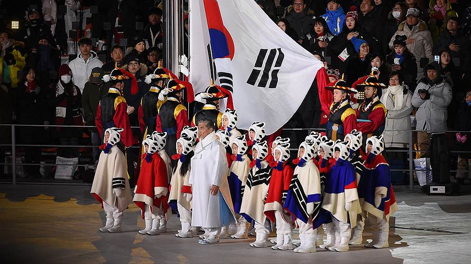 Флаг Южной Кореи вынесли дети-волонтеры