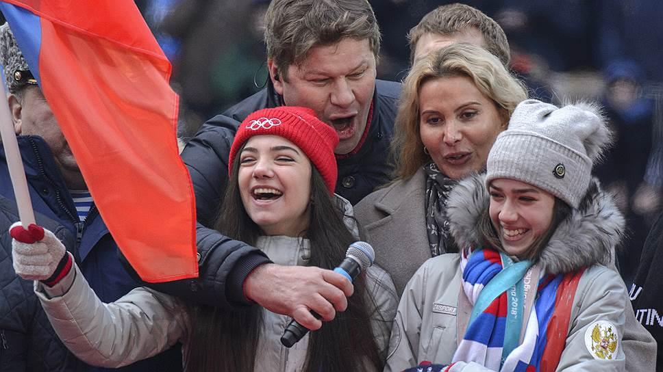 Слева направо: фигуристка Евгения Медведева, спортивный комментатор Дмитрий Губерниев, тренер по фигурному катанию Этери Тутберидзе и олимпийская чемпионка по фигурному катанию Алина Загитова