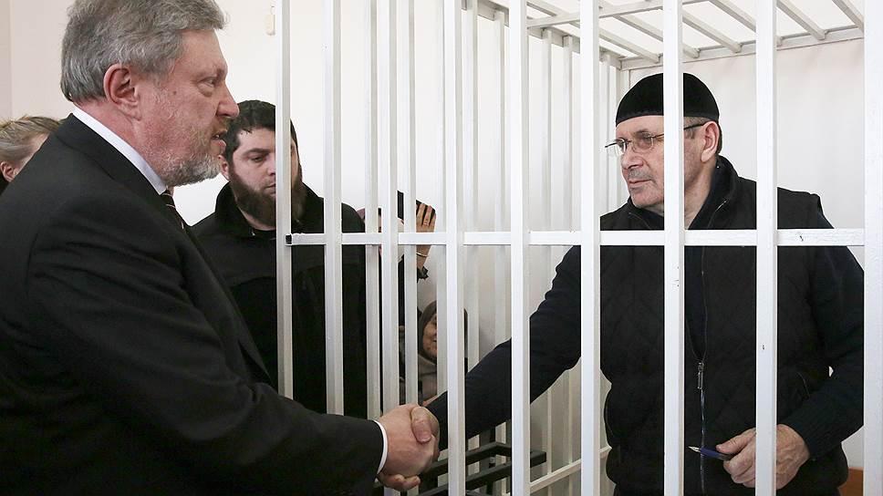 Кандидат в президенты России Григорий Явлинский (слева) и руководитель чеченского офиса правозащитного центра «Мемориал» Оюб Титиев
