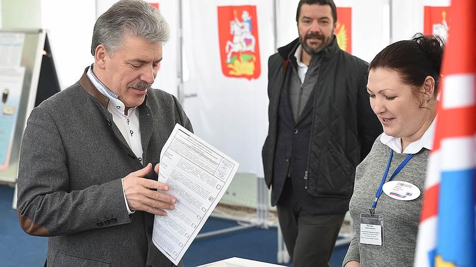 Глава совхоза имени Ленина Павел Грудинин (слева)