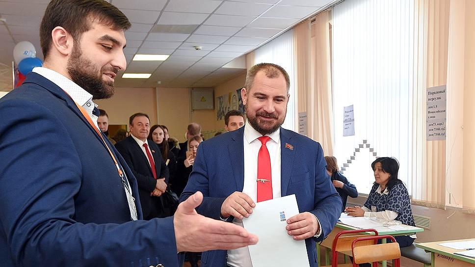 Кандидат в президенты России Максим Сурайкин (справа)