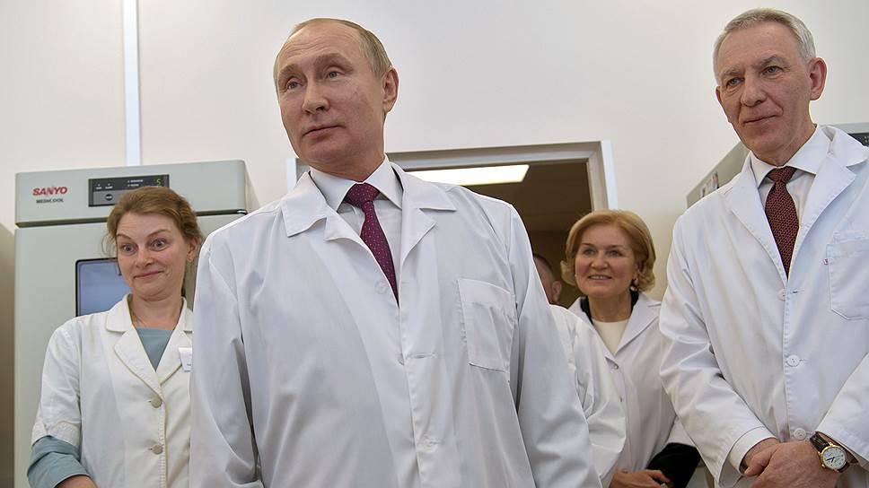 Президент России Владимир Путин (второй слева), заместитель председателя Правительства России Олга Голодец (вторая справа) и генеральный директор Национального медицинского исследовательского центра имени В.А. Алмазова Евгений Шляхто (справа)